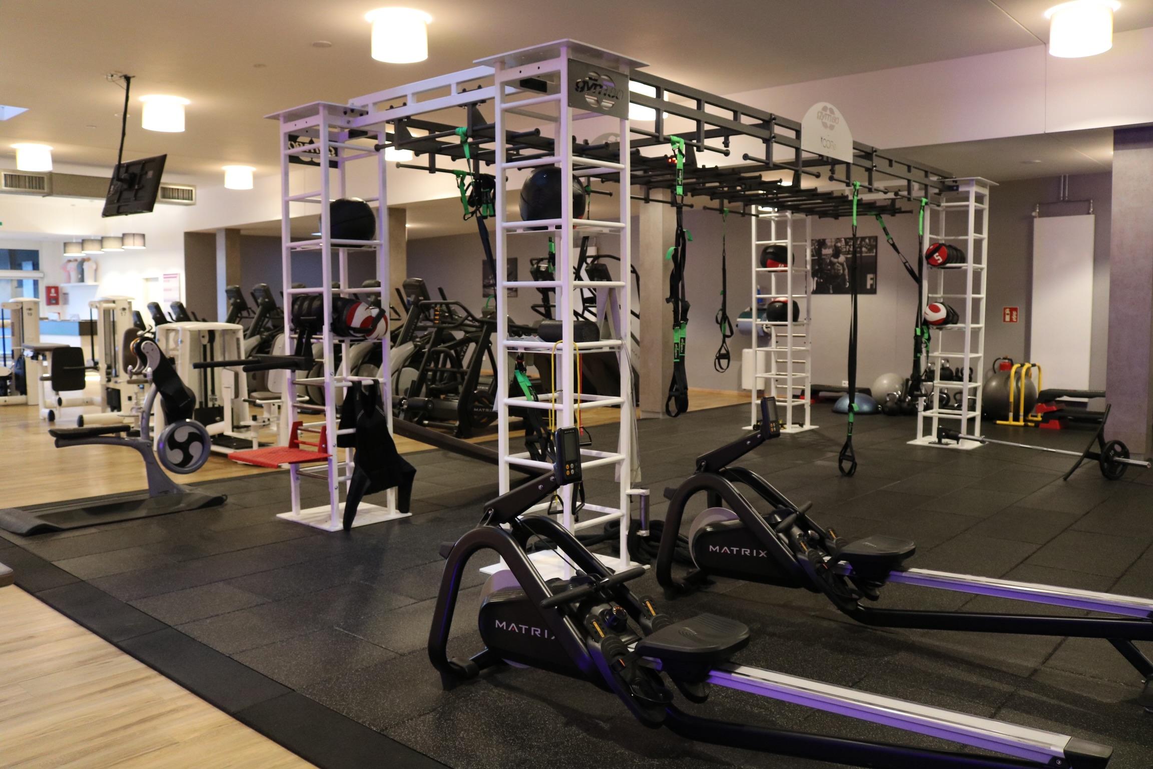 Funktionelles Training am Cage trainiert vor allem die Koordination und Stabilisation durch Übungen mit dem eigenen Körpergewicht. Mit zahlreichen Kleingeräten ist das Training extrem abwechslungsreich und individuell